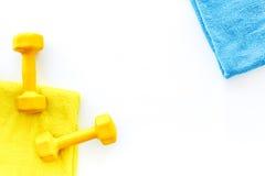 De achtergrond van de geschiktheid Domoren, handdoek en water op witte hoogste mening als achtergrond copyspace Stock Afbeeldingen