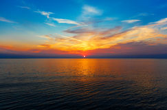 De achtergrond van de hemel op zonsopgang. De samenstelling van de aard. Stock Afbeelding