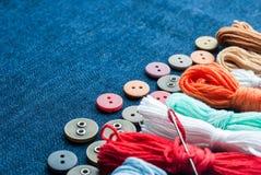 De achtergrond van de jeans met knopen en draden Royalty-vrije Stock Afbeeldingen