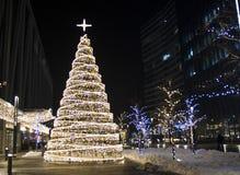 De achtergrond van de kerstboomdecoratie met lichten het gloeien Stock Afbeelding