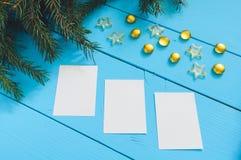 De achtergrond van de kerstboomtak met bladen Stock Foto