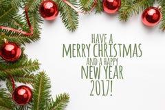 De achtergrond van de Kerstmisdecoratie met bericht ` heeft Vrolijke Kerstmis en een Gelukkig Nieuwjaar 2017! ` Stock Foto's