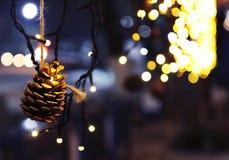De achtergrond van de Kerstmisdecoratie met kegel en lichten het gloeien Stock Afbeelding