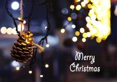 De achtergrond van de Kerstmisdecoratie met kegel en lichten het gloeien Royalty-vrije Stock Afbeelding