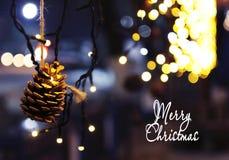 De achtergrond van de Kerstmisdecoratie met kegel en lichten het gloeien Royalty-vrije Stock Foto