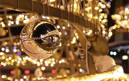 De achtergrond van de Kerstmisdecoratie met lichten het gloeien Stock Foto