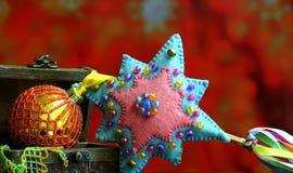 De achtergrond van de Kerstmisster met gouden ballenhand - gemaakt verfraaid Royalty-vrije Stock Foto's