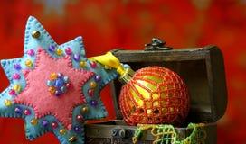 De achtergrond van de Kerstmisster met gouden ballenhand - gemaakt verfraaid Royalty-vrije Stock Afbeelding