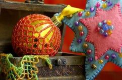 De achtergrond van de Kerstmisster met gouden ballenhand - gemaakt verfraaid Stock Afbeeldingen