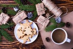 De achtergrond van de Kerstmisvakantie met eigengemaakte Kerstmiskoekjes, kop van royalty-vrije stock fotografie