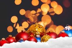 De achtergrond van de Kerstmisvakantie over de winter bokeh Stock Afbeeldingen