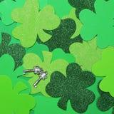 De Achtergrond van de klaverklaver en Zilveren Sleutels. St. Patrick Dag. Royalty-vrije Stock Foto