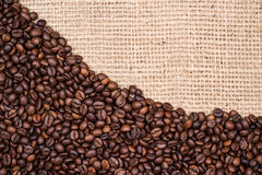 De achtergrond van de koffieboon met jutetextiel Stock Foto