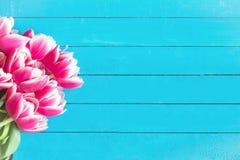 De achtergrond van de lente Roze pioenbloemen op houten achtergrond Royalty-vrije Stock Afbeelding