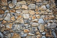 De achtergrond van de metselwerkmuur met groene en bruine ruwe stenen van D Royalty-vrije Stock Foto's