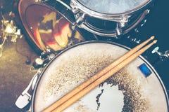 De achtergrond van de muziek Drumkit op de prestaties van stadiumlichten stock fotografie