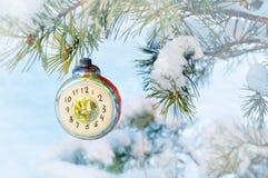 De achtergrond van de nieuwjaarvooravond - Kerstmisstuk speelgoed van het Nieuwjaarglas in de vorm van klok die de Nieuwjaarvoora Stock Afbeeldingen
