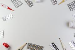 De achtergrond van de pillengrens Vitaminen, tablettenpillen, thermometers op witte achtergrond Hoogste mening Exemplaarruimte vo Stock Foto's
