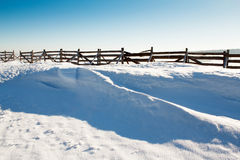 De achtergrond van de sneeuw met golf en sneeuwbank Stock Afbeeldingen