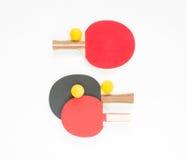 De achtergrond van de sport Rode en zwarte pingpongrackets en oranje ballen Vlak leg, hoogste mening stock fotografie