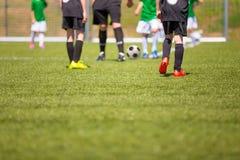 De achtergrond van de sport Voetbalwedstrijd voor kinderen Opleiding en voetbal toernooien Royalty-vrije Stock Fotografie