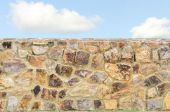 De achtergrond van de steenmuur en blauwe hemel stock afbeelding