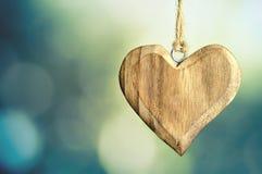De achtergrond van de vadersdag met houten hart Stock Foto's