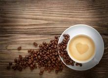 De achtergrond van de valentijnskaartendag Koffiekop met van de harttekening en koffie bonen Stock Fotografie
