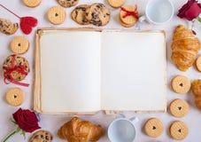 De achtergrond van de valentijnskaartendag Leeg boek met koekjes en rozen Royalty-vrije Stock Foto's