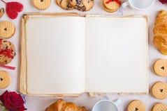 De achtergrond van de valentijnskaartendag Leeg boek met koekjes en rozen Stock Afbeeldingen