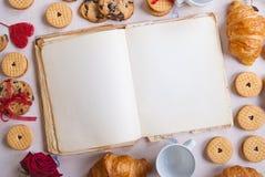 De achtergrond van de valentijnskaartendag Leeg boek met koekjes en rozen Royalty-vrije Stock Foto