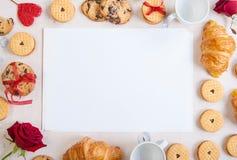 De achtergrond van de valentijnskaartendag Lege nota met koekjes en rozen Royalty-vrije Stock Afbeelding