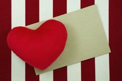 De achtergrond van de valentijnskaartendag met hart en ambachtdocument Stock Afbeeldingen