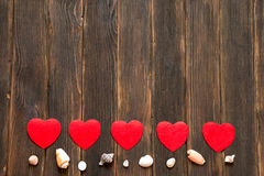 De achtergrond van de valentijnskaartendag met harten en shells Donkere houten bedelaars Stock Foto