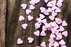 De achtergrond van de valentijnskaartendag met harten. Sugar Hearts op houten vi Stock Foto's
