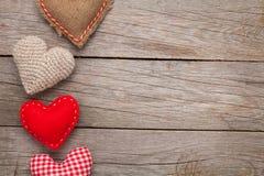 De achtergrond van de valentijnskaartendag met met de hand gemaakte stuk speelgoed harten stock afbeeldingen