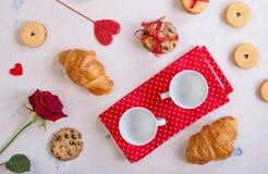 De achtergrond van de valentijnskaartendag Ontbijt met koekjes en rozen Stock Foto