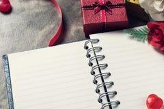 De achtergrond van de valentijnskaartendag Valentine-harten met open lege nota Stock Foto