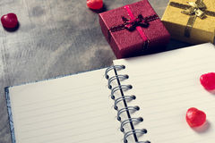 De achtergrond van de valentijnskaartendag Valentine-harten met open lege nota Royalty-vrije Stock Foto's