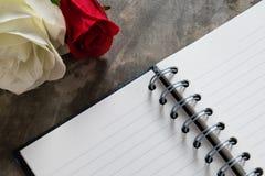 De achtergrond van de valentijnskaartendag Valentine-harten met open lege nota Stock Afbeeldingen