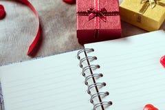 De achtergrond van de valentijnskaartendag Valentine-harten met open lege nota Stock Afbeelding