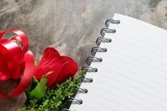 De achtergrond van de valentijnskaartendag Valentine-harten met open lege nota Stock Foto's