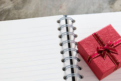 De achtergrond van de valentijnskaartendag Valentine-harten met open lege nota Stock Fotografie