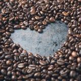 De achtergrond van de valentijnskaartendag van koffiebonen Stock Foto