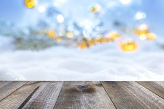 De achtergrond van de winterkerstmis met houten lijst en onduidelijk beeld abstracte lichten Royalty-vrije Stock Foto