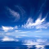 De achtergrond van de zomer met blauwe water en hemel Stock Foto's