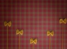 De achtergrond van deegwaren Droog volkorenmeel farfalle en spaghetti op rood geregeld tafelkleed Vlak leg Hoogste mening royalty-vrije stock foto's