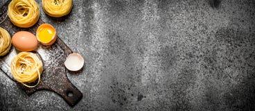 De achtergrond van deegwaren Het koken van eigengemaakte deegwaren met ei en bloem Stock Foto's