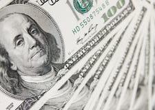 De achtergrond van dollars die van honderd dollarsrekeningen wordt gemaakt Stock Foto's