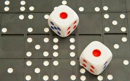 De achtergrond van domino's en dobbelt Stock Afbeelding